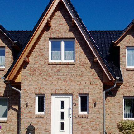 Holzschutz: Dachüberstände geschliffen und mit Lasur lackiert